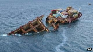 An oil sheen flows from the stricken cargo ship Rena (photo taken 16 January)