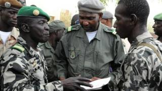 Mali junta leader Captain Amadou Sanogo (L) speaks to his fellow soldiers at the Kati Military camp, in a suburb of Bamako, on 22 March 2012