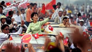 Aung San Suu Kyi waves to supporters in Mandalay