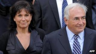 Dominique Strauss-Kahn with his wife Anne Sinclair outside court in New York (23 Aug 2011)
