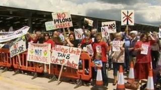 Protestwyr yn erbyn y cynlluniau ynni yn y canolbarth