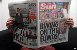 "A man reads a copy of the Sun with the headline ""Bwing on the Euwos!"""