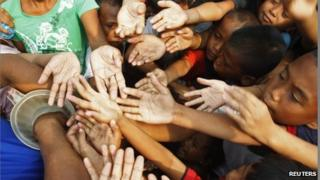 Poor children in Manila scramble for free meal tickets