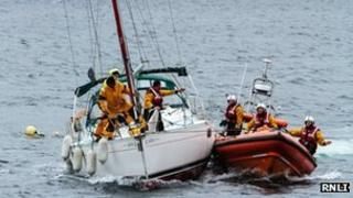 Lifeboat tows yacht