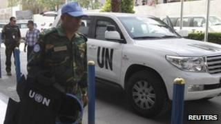 Members of UN observer mission return to a Damascus hotel from a field visit - 16 June