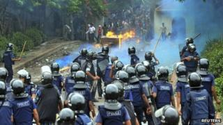 Police confront garment workers, Dhaka (16 June)