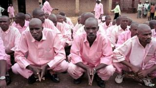 Prisoners transferred to attend a gacaca court session in relation with the 1994 genocide - 2007