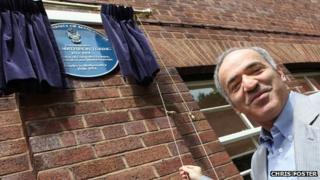 Garry Kasparov unveils the plaque