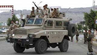 Yemeni soldiers guard the presidential palace in Sanaa (3 August 2012)
