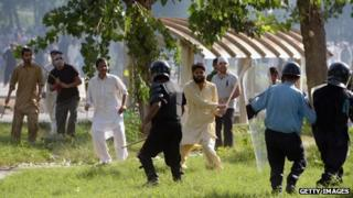 Pakistani Muslim demonstrators clash with policemen during a protest near the US consulate in Islamabad on September 21, 2012