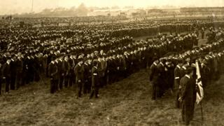 thousands of Ulster Volunteers line up to defend Ulster