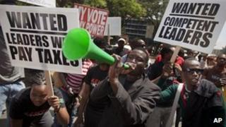 Kenyans protest against the bonus in Nairobi (9 Oct 2012)
