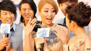 Taiwanese pop singer A-Lin (centre) arrives at the 23rd Golden Melody Awards in Taipei, 23 Jun 2012