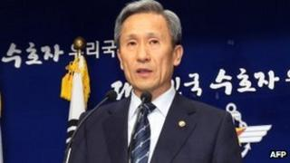 South Korean Defence Minister Kim Kwan-jin speaks at a press conference at his office in Seoul, 15 Oct 2012