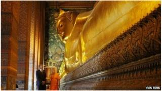 Barack Obama tours the Reclining Buddha at the Wat Pho Royal Monastery in Bangkok, 18 November