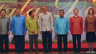 US President Barack Obama (C) smiles as he poses for a photo with (L-R) Japan's PM Yoshihiko Noda, Indonesia's President Susilo Bambang Yudhoyono, Brunei's Sultan Hassanal Bolkiah, Cambodia's PM Hun Sen, China's Premier Wen Jiabao and Australian PM Julia Gillard in Phnom Penh on Monday 19 November 2012