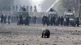 Protester in Cairo faces dozens of Egyptian police (25 November 2012)