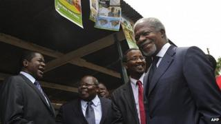 Former United Nations secretary-general Kofi Annan (R) arrives at a voter registration centre in the Kenyan capital Nairobi on December 3, 2012