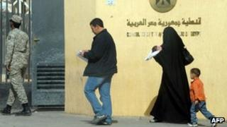 Egyptian voters arriving at their embassy in Riyadh to take part in a referendum (12 Dec)