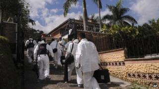 Forensic experts arrive at the Envigado house