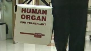 A human organ is carried for transplant