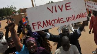 """People hold a sign reading """"Long live Francois Hollande"""" in Ansongo, northern Mali, 29 January 2013"""