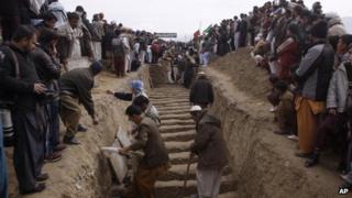 Pakistani Shiite Muslims prepare to bury bombing victims in Quetta, Pakistan