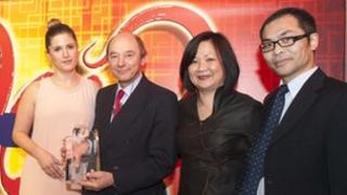 Professor David Brown and Dr Huang Qihai receive the award from Ana Gibson and Philomena Chen