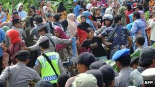File photo: Indonesian police block angry Muslim residents away from devotees of Filadelfia Batak Christian Protestant in Bekasi district outside Jakarta, 25 December 2012