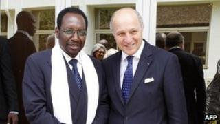 French Foreign Minister Laurent Fabius (R) meets with Mali's interim President Dioncounda Traore in Bamako, 5 April, 2013