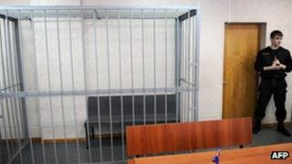 Court scene with empty cage, 22 Mar 2013