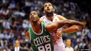 Jason Collins boxes out an opponent