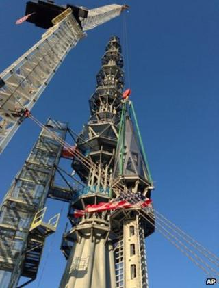 The spire is hoisted atop the Freedom Tower (10 May 2013)