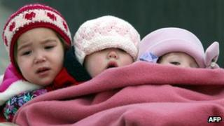 Inuit children try to keep warm during a school outing (October 2002)