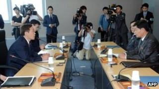 South Korea's chief delegate Kim Ki-Woong (L) speaks with his North Korean counterpart Pak Chul-su (R) during a meeting at the Kaesong industrial complex in North Korea, 15 July 2013