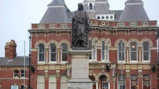 Sit Isaac Newton statue in Grantham