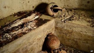 Vases and human bones lie in the family tomb of Francesco del Giocondo. 9 Aug 2013