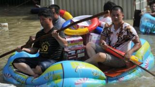 People trying to leave the flood-hit Chaonan district in Guangdong province