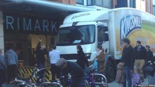 Lorry stuck outside Primark in Cambridge