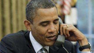 President Barack Obama talks to UK Prime Minister David Cameron (21 Nov)