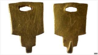Post-medieval gold dress fastener