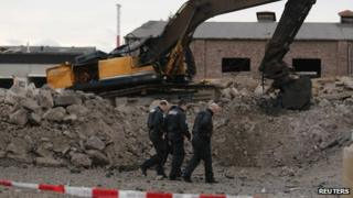Police at the site where a World War Two bomb exploded in Euskirchen (3 January 2014)