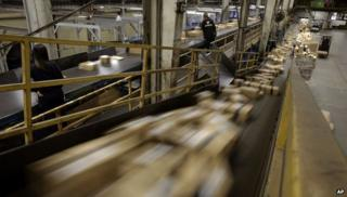 FedEx Packages move on a conveyor belt at the FedEx hub at Los Angeles International Airport (02 December 2013)