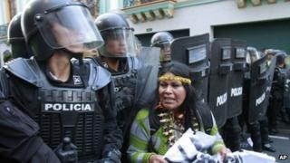 Ecuadorean police in Quito demo, 27 Aug 13