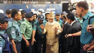 Motiur Rahman Nizami (C), a leader of Bangladesh Jamaat-E-Islami, arrives at a court before a verdict of an arms smuggling case in Chittagong January 30, 2014.