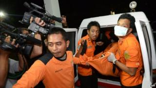The body believed to be of the missing Japanese scuba diver is transported to Sangalah hospital in Denpasar, Bali (18 February, 2014)