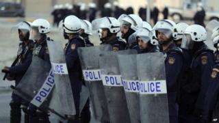Bahraini police in Karrana (12 February 2014)