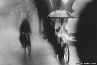 Despite the torrential rains, cyclists continue to move indifferent to their discomfort. 1977-79
