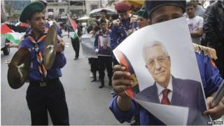 Palestinian scouts parade with poster of Mahmoud Abbas (02/04/14)