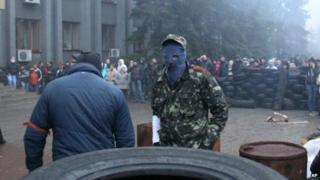 Pro-Russian activists use tyres to make barricades outside local government headquarters in Makiyivka, near Donetsk 13/04/2014